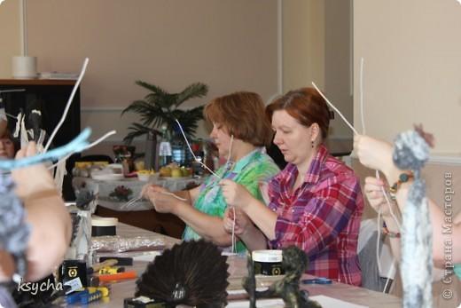 """ВСЕМ привет!!!!  вчера 21 ибля для меня был замечательный день!  Я побывала в творческой сказке под названием """"ПАВЕРПОЛ"""".  Паверпол-PAVERPOL - уникальная голландская техника, которая позволяет создавать скульптуры из различных материалов. PAVERPOL может быть использована для всех видов материалов, твердых или таких, как текстиль, бумага, замша, стекловолокно, глина и все виды натуральных материалов. А выглядеть это будет как дерево, керамика, гипс, бетон, камень и т.д. Благодаря данному продукту Вы можете сделать фигурки, статуэтки из проволоки, куклы, скульптуры и другие украшения. Уникальными свойствами PAVERPOL являются быстрое время высыхания, а также возможность скульптур быть выставленными на открытом воздухе. Мы являемся официальными дистрибьюторами PAVERPOL в России .  Замечательный коллективчик был на мастер-класе))),все увлеченные натуры))).  А вот как у нас все происходило и .что в итоге вышло)) смотрите сами....   фото 3"""