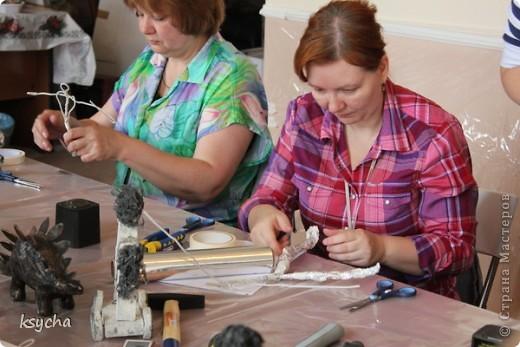 """ВСЕМ привет!!!!  вчера 21 ибля для меня был замечательный день!  Я побывала в творческой сказке под названием """"ПАВЕРПОЛ"""".  Паверпол-PAVERPOL - уникальная голландская техника, которая позволяет создавать скульптуры из различных материалов. PAVERPOL может быть использована для всех видов материалов, твердых или таких, как текстиль, бумага, замша, стекловолокно, глина и все виды натуральных материалов. А выглядеть это будет как дерево, керамика, гипс, бетон, камень и т.д. Благодаря данному продукту Вы можете сделать фигурки, статуэтки из проволоки, куклы, скульптуры и другие украшения. Уникальными свойствами PAVERPOL являются быстрое время высыхания, а также возможность скульптур быть выставленными на открытом воздухе. Мы являемся официальными дистрибьюторами PAVERPOL в России .  Замечательный коллективчик был на мастер-класе))),все увлеченные натуры))).  А вот как у нас все происходило и .что в итоге вышло)) смотрите сами....   фото 5"""