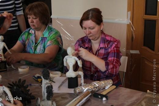"""ВСЕМ привет!!!!  вчера 21 ибля для меня был замечательный день!  Я побывала в творческой сказке под названием """"ПАВЕРПОЛ"""".  Паверпол-PAVERPOL - уникальная голландская техника, которая позволяет создавать скульптуры из различных материалов. PAVERPOL может быть использована для всех видов материалов, твердых или таких, как текстиль, бумага, замша, стекловолокно, глина и все виды натуральных материалов. А выглядеть это будет как дерево, керамика, гипс, бетон, камень и т.д. Благодаря данному продукту Вы можете сделать фигурки, статуэтки из проволоки, куклы, скульптуры и другие украшения. Уникальными свойствами PAVERPOL являются быстрое время высыхания, а также возможность скульптур быть выставленными на открытом воздухе. Мы являемся официальными дистрибьюторами PAVERPOL в России .  Замечательный коллективчик был на мастер-класе))),все увлеченные натуры))).  А вот как у нас все происходило и .что в итоге вышло)) смотрите сами....   фото 6"""
