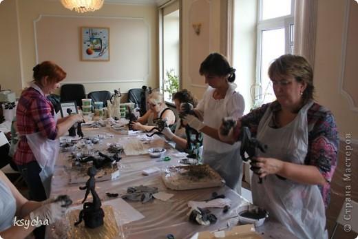 """ВСЕМ привет!!!!  вчера 21 ибля для меня был замечательный день!  Я побывала в творческой сказке под названием """"ПАВЕРПОЛ"""".  Паверпол-PAVERPOL - уникальная голландская техника, которая позволяет создавать скульптуры из различных материалов. PAVERPOL может быть использована для всех видов материалов, твердых или таких, как текстиль, бумага, замша, стекловолокно, глина и все виды натуральных материалов. А выглядеть это будет как дерево, керамика, гипс, бетон, камень и т.д. Благодаря данному продукту Вы можете сделать фигурки, статуэтки из проволоки, куклы, скульптуры и другие украшения. Уникальными свойствами PAVERPOL являются быстрое время высыхания, а также возможность скульптур быть выставленными на открытом воздухе. Мы являемся официальными дистрибьюторами PAVERPOL в России .  Замечательный коллективчик был на мастер-класе))),все увлеченные натуры))).  А вот как у нас все происходило и .что в итоге вышло)) смотрите сами....   фото 8"""