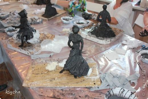 """ВСЕМ привет!!!!  вчера 21 ибля для меня был замечательный день!  Я побывала в творческой сказке под названием """"ПАВЕРПОЛ"""".  Паверпол-PAVERPOL - уникальная голландская техника, которая позволяет создавать скульптуры из различных материалов. PAVERPOL может быть использована для всех видов материалов, твердых или таких, как текстиль, бумага, замша, стекловолокно, глина и все виды натуральных материалов. А выглядеть это будет как дерево, керамика, гипс, бетон, камень и т.д. Благодаря данному продукту Вы можете сделать фигурки, статуэтки из проволоки, куклы, скульптуры и другие украшения. Уникальными свойствами PAVERPOL являются быстрое время высыхания, а также возможность скульптур быть выставленными на открытом воздухе. Мы являемся официальными дистрибьюторами PAVERPOL в России .  Замечательный коллективчик был на мастер-класе))),все увлеченные натуры))).  А вот как у нас все происходило и .что в итоге вышло)) смотрите сами....   фото 9"""