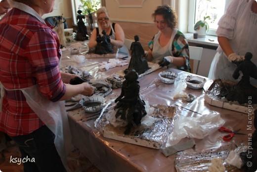 """ВСЕМ привет!!!!  вчера 21 ибля для меня был замечательный день!  Я побывала в творческой сказке под названием """"ПАВЕРПОЛ"""".  Паверпол-PAVERPOL - уникальная голландская техника, которая позволяет создавать скульптуры из различных материалов. PAVERPOL может быть использована для всех видов материалов, твердых или таких, как текстиль, бумага, замша, стекловолокно, глина и все виды натуральных материалов. А выглядеть это будет как дерево, керамика, гипс, бетон, камень и т.д. Благодаря данному продукту Вы можете сделать фигурки, статуэтки из проволоки, куклы, скульптуры и другие украшения. Уникальными свойствами PAVERPOL являются быстрое время высыхания, а также возможность скульптур быть выставленными на открытом воздухе. Мы являемся официальными дистрибьюторами PAVERPOL в России .  Замечательный коллективчик был на мастер-класе))),все увлеченные натуры))).  А вот как у нас все происходило и .что в итоге вышло)) смотрите сами....   фото 10"""
