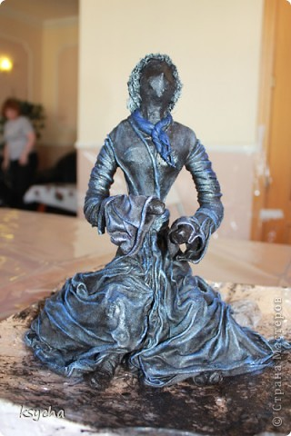 """ВСЕМ привет!!!!  вчера 21 ибля для меня был замечательный день!  Я побывала в творческой сказке под названием """"ПАВЕРПОЛ"""".  Паверпол-PAVERPOL - уникальная голландская техника, которая позволяет создавать скульптуры из различных материалов. PAVERPOL может быть использована для всех видов материалов, твердых или таких, как текстиль, бумага, замша, стекловолокно, глина и все виды натуральных материалов. А выглядеть это будет как дерево, керамика, гипс, бетон, камень и т.д. Благодаря данному продукту Вы можете сделать фигурки, статуэтки из проволоки, куклы, скульптуры и другие украшения. Уникальными свойствами PAVERPOL являются быстрое время высыхания, а также возможность скульптур быть выставленными на открытом воздухе. Мы являемся официальными дистрибьюторами PAVERPOL в России .  Замечательный коллективчик был на мастер-класе))),все увлеченные натуры))).  А вот как у нас все происходило и .что в итоге вышло)) смотрите сами....   фото 12"""