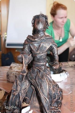 """ВСЕМ привет!!!!  вчера 21 ибля для меня был замечательный день!  Я побывала в творческой сказке под названием """"ПАВЕРПОЛ"""".  Паверпол-PAVERPOL - уникальная голландская техника, которая позволяет создавать скульптуры из различных материалов. PAVERPOL может быть использована для всех видов материалов, твердых или таких, как текстиль, бумага, замша, стекловолокно, глина и все виды натуральных материалов. А выглядеть это будет как дерево, керамика, гипс, бетон, камень и т.д. Благодаря данному продукту Вы можете сделать фигурки, статуэтки из проволоки, куклы, скульптуры и другие украшения. Уникальными свойствами PAVERPOL являются быстрое время высыхания, а также возможность скульптур быть выставленными на открытом воздухе. Мы являемся официальными дистрибьюторами PAVERPOL в России .  Замечательный коллективчик был на мастер-класе))),все увлеченные натуры))).  А вот как у нас все происходило и .что в итоге вышло)) смотрите сами....   фото 15"""