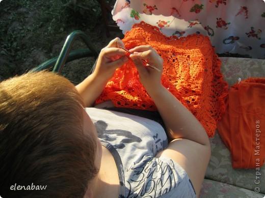 Пляжная юбка Оранжевое безумие, связалась случайно, как первый вариант юбки для себя. Я не угадала с размером, хотела распустить, но в гости пришла сестра и выпросила отдать юбку ей! В итоге вот что вышло! фото 4