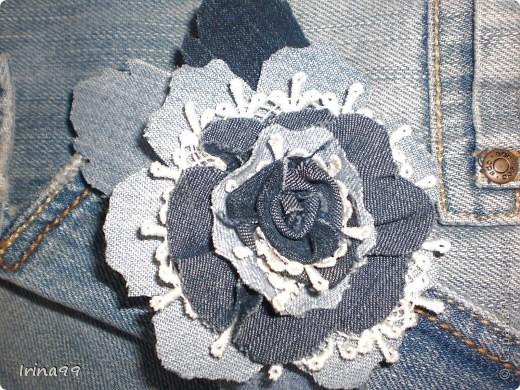 Добрый вечер, дорогие мои мастерицы! Воодушевлённая Вашими похвалами моей открытки- решила попробовать себя ещё в одном деле- сделать цветок из джинсовой ткани, так как очень хотела украсить джинсовую курточку.  Такой вот первый цветок у меня получился.....Конечно хотелось совсем другой( Мастер-класс не нашла, а хотела розу! ) Вот что вышло....Если у кого есть хороший  Мастер-класс- пожалуйста- скиньте ссылочку. С любовью к Вам!
