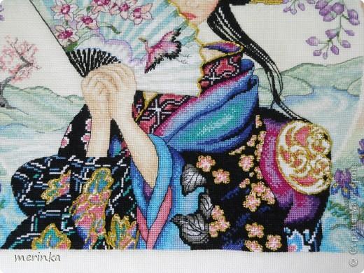 Девочки, у меня сегодня настоящий праздник. Я закончила свою Очаровательную гейшу. Это пара к другой моей картине- Японская невеста. Как только оформлю, покажу обе вместе)) Здесь нужно сделать еще и кисточку к вееру, но это уже сделаю сразу перед оформлением.  Вышила я эту красоту за 40 дней)))) Поверьте на слово, это очень быстро)))))))))  фото 3