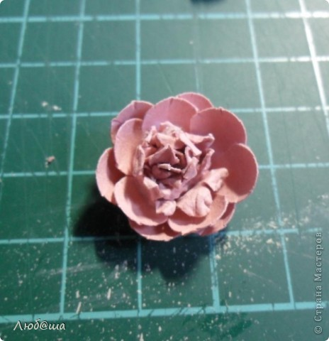 Хочу показать вам как в своей открытке делала пионы: http://stranamasterov.ru/node/389032 . Розы делала по такой же методике. Похоже получилось или нет - судить вам. фото 15