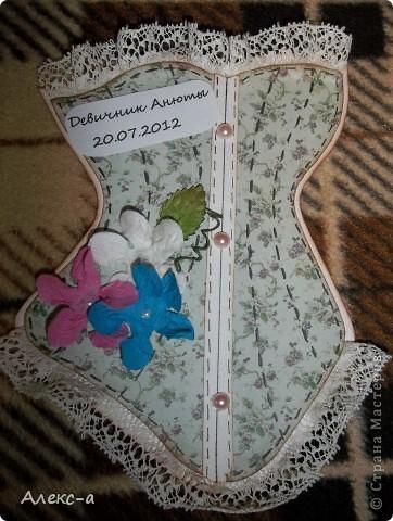 у сестры был девичник и я решила порадовать всех участниц и сделала каждой(кроме себя,конечно) открыточки в виде корсета) на задней стороне открытки были написаны имена гостей и невесты) фото 2