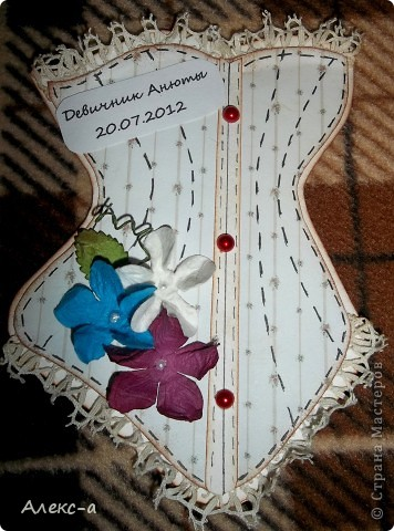 у сестры был девичник и я решила порадовать всех участниц и сделала каждой(кроме себя,конечно) открыточки в виде корсета) на задней стороне открытки были написаны имена гостей и невесты) фото 3
