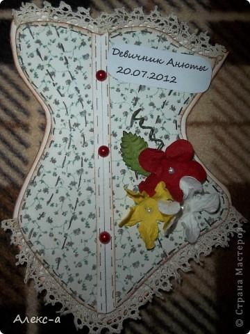 у сестры был девичник и я решила порадовать всех участниц и сделала каждой(кроме себя,конечно) открыточки в виде корсета) на задней стороне открытки были написаны имена гостей и невесты) фото 4