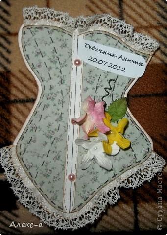 у сестры был девичник и я решила порадовать всех участниц и сделала каждой(кроме себя,конечно) открыточки в виде корсета) на задней стороне открытки были написаны имена гостей и невесты) фото 7