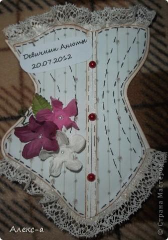 у сестры был девичник и я решила порадовать всех участниц и сделала каждой(кроме себя,конечно) открыточки в виде корсета) на задней стороне открытки были написаны имена гостей и невесты) фото 5