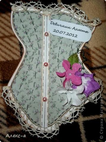 у сестры был девичник и я решила порадовать всех участниц и сделала каждой(кроме себя,конечно) открыточки в виде корсета) на задней стороне открытки были написаны имена гостей и невесты) фото 6
