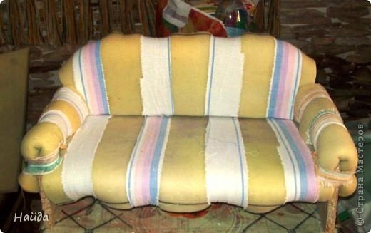 не помню,кто спрашивал-а что под обивкой дивана? Показываю -выпиливаем из оргалита остов дивана (30х50х15)  и стягиваем его на мебельные стяжки. степлером для мебели прикрепляем ленты из льна или прочного ситца. Этими лентами крепим поролон и моделируем будущую форму дивана. фото 1