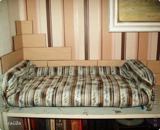 не помню,кто спрашивал-а что под обивкой дивана? Показываю -выпиливаем из оргалита остов дивана (30х50х15)  и стягиваем его на мебельные стяжки. степлером для мебели прикрепляем ленты из льна или прочного ситца. Этими лентами крепим поролон и моделируем будущую форму дивана. фото 6
