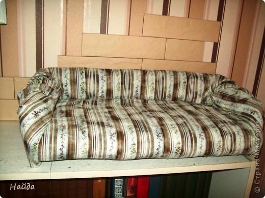 не помню,кто спрашивал-а что под обивкой дивана? Показываю -выпиливаем из оргалита остов дивана (30х50х15)  и стягиваем его на мебельные стяжки. степлером для мебели прикрепляем ленты из льна или прочного ситца. Этими лентами крепим поролон и моделируем будущую форму дивана. фото 7