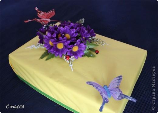 Для оформления коробки использовала – цветную обёрточную бумагу, искусственные цветы (двух видов), декоративные бабочки и божьи коровки, стразы. Всё крепилось с помощью клеевого пистолета. фото 1