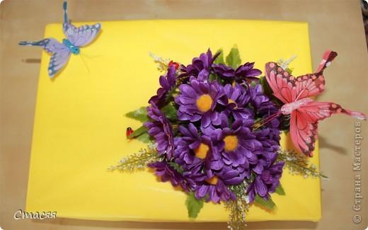 Для оформления коробки использовала – цветную обёрточную бумагу, искусственные цветы (двух видов), декоративные бабочки и божьи коровки, стразы. Всё крепилось с помощью клеевого пистолета. фото 2