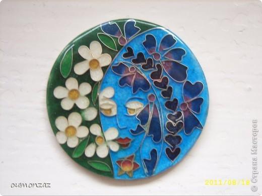 Описание Перегородчатая эмаль — пожалуй, наиболее сложная из всех эмальерных техник.  Рисунок произведения выполняется из тончайших серебряных или золотых полосок-перегородок, поставленных на ребро. Полоски создают как замкнутые, так и открытые ячейки различных форм и размера. Каждую ячейку заполняют тончайшим слоем эмали разных цветов. Таких слоев бывает 5-8, каждый слой нужно высушить и обжечь. Количество слоев зависит от того, какой высоты перегородки, когда эмаль начинает их перекрывать, можно переходить к следующему, не менее трудоёмкому этапу – шлифовке. Самый последний этап – полировка эмали и серебра, все должно быть идеально гладкое на ощупь, серебро должно блестеть, как зеркало. Таким образом рождаются украшения-произведения искусства, которые во все времена ценились не менее, чем изделия с драгоценными камнями.