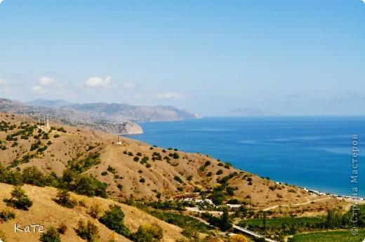 Многие уже были на отдыхе, многие собираются...  У меня пока нет возможности вырваться из липких лап душного города, и окунутся в прохладную синюю бездну=(  По этому, в редкие минуты, посвященные себе, любимой, пересматриваю фото с прошлого отпуска и  мысленно переношусь на юг.  Крым это особенное место. Каждый, кто приедет сюда, найдет для себя то, что ему хочется: тихую деревушку или  шумный город, дикий отдых среди скал или комфортабельный отель, пещеры, ханские дворцы, песчаные или галечные пляжи, степь или горы.   фото 6