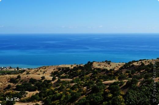 Многие уже были на отдыхе, многие собираются...  У меня пока нет возможности вырваться из липких лап душного города, и окунутся в прохладную синюю бездну=(  По этому, в редкие минуты, посвященные себе, любимой, пересматриваю фото с прошлого отпуска и  мысленно переношусь на юг.  Крым это особенное место. Каждый, кто приедет сюда, найдет для себя то, что ему хочется: тихую деревушку или  шумный город, дикий отдых среди скал или комфортабельный отель, пещеры, ханские дворцы, песчаные или галечные пляжи, степь или горы.   фото 9