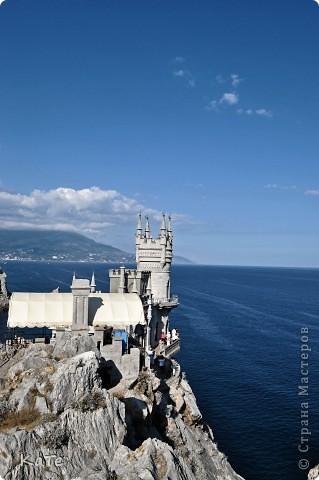 Многие уже были на отдыхе, многие собираются...  У меня пока нет возможности вырваться из липких лап душного города, и окунутся в прохладную синюю бездну=(  По этому, в редкие минуты, посвященные себе, любимой, пересматриваю фото с прошлого отпуска и  мысленно переношусь на юг.  Крым это особенное место. Каждый, кто приедет сюда, найдет для себя то, что ему хочется: тихую деревушку или  шумный город, дикий отдых среди скал или комфортабельный отель, пещеры, ханские дворцы, песчаные или галечные пляжи, степь или горы.   фото 10