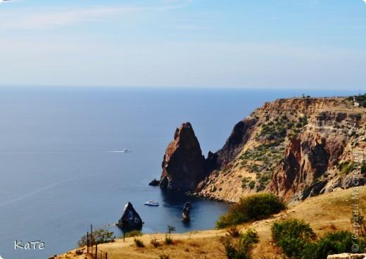 Многие уже были на отдыхе, многие собираются...  У меня пока нет возможности вырваться из липких лап душного города, и окунутся в прохладную синюю бездну=(  По этому, в редкие минуты, посвященные себе, любимой, пересматриваю фото с прошлого отпуска и  мысленно переношусь на юг.  Крым это особенное место. Каждый, кто приедет сюда, найдет для себя то, что ему хочется: тихую деревушку или  шумный город, дикий отдых среди скал или комфортабельный отель, пещеры, ханские дворцы, песчаные или галечные пляжи, степь или горы.   фото 7