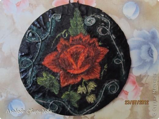 натюрморт-бумажная тарелочка, перламутровая гуашь, бумажная салфетка. фото 4