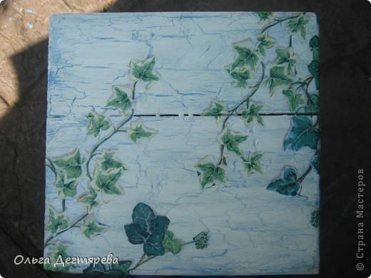 Жаркие деньки,  но творить хочется, и в такие дни для своей мамульки я преобразила старую тумбочку на которой  стоял цветок. Шла в любимый магазинчик  по краску и увидела тумбочку в плюще, и решила сделать. Тумбочка выполнена с использованием средства для создания кракелюра трещин. фото 2