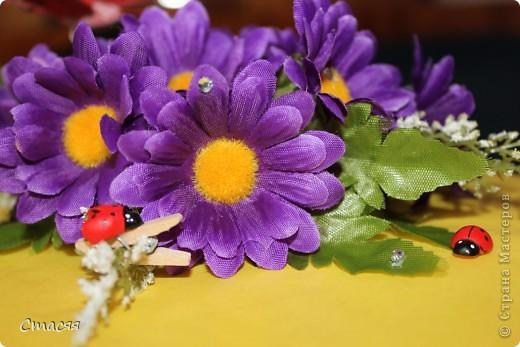 Для оформления коробки использовала – цветную обёрточную бумагу, искусственные цветы (двух видов), декоративные бабочки и божьи коровки, стразы. Всё крепилось с помощью клеевого пистолета. фото 3