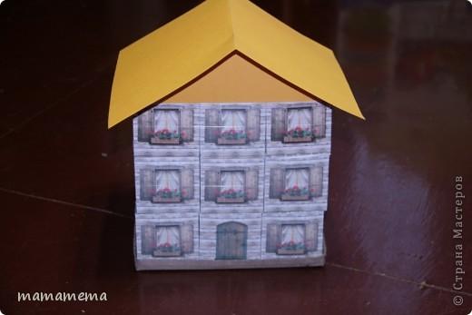 У моей дочки день рожденья! Пришла пора нести в садик конфеты. В прошлом году я оформила конфетно-игрушечные подарки в виде бумажного торта (здесь на сайте много всяких разных), т.е. каждый получал не кучку конфет, а коробочку-кусочек тортика с сюрпризом. В этом году захотелось продолжить в том же духе, но какой образ выбрать для коробочек? Сначала думала сделать туфельки и ботиночки, но  передумала, т.к. не знала, как оформить их все вместе. И вот родилась идея домика. Так он выглядит в собранном виде. фото 1