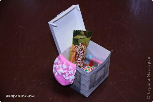 У моей дочки день рожденья! Пришла пора нести в садик конфеты. В прошлом году я оформила конфетно-игрушечные подарки в виде бумажного торта (здесь на сайте много всяких разных), т.е. каждый получал не кучку конфет, а коробочку-кусочек тортика с сюрпризом. В этом году захотелось продолжить в том же духе, но какой образ выбрать для коробочек? Сначала думала сделать туфельки и ботиночки, но  передумала, т.к. не знала, как оформить их все вместе. И вот родилась идея домика. Так он выглядит в собранном виде. фото 5