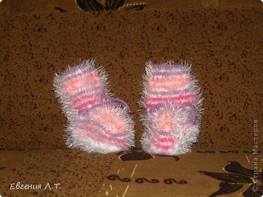 Пинетки связаны спицами из травки и акриловой пряжи. Пинеточки очень теплые и удобные, вязала для племянницы. фото 2