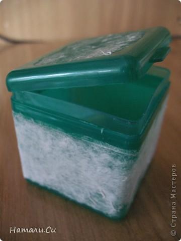 Здравствуйте)))Экспериментирую в очередной раз, да и вам предлагаю...сделала по заданию блога шкатулочку, задание предполагает использование в работе определенного набора материалов, а именно нежно-зеленый фон, натуральное кружево, зеленая лента или шнур, цветы, пуговицы и живое существо...Остальное по желанию))) Я пожелала еще бусинки ,ну и винтаж)))   фото 2