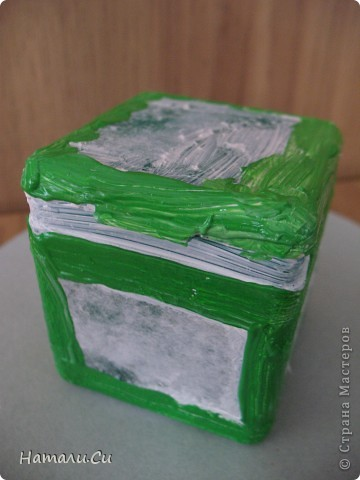 Здравствуйте)))Экспериментирую в очередной раз, да и вам предлагаю...сделала по заданию блога шкатулочку, задание предполагает использование в работе определенного набора материалов, а именно нежно-зеленый фон, натуральное кружево, зеленая лента или шнур, цветы, пуговицы и живое существо...Остальное по желанию))) Я пожелала еще бусинки ,ну и винтаж)))   фото 4