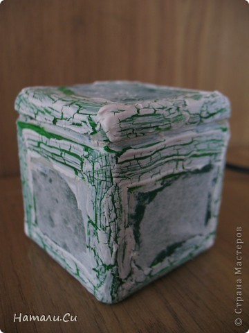 Здравствуйте)))Экспериментирую в очередной раз, да и вам предлагаю...сделала по заданию блога шкатулочку, задание предполагает использование в работе определенного набора материалов, а именно нежно-зеленый фон, натуральное кружево, зеленая лента или шнур, цветы, пуговицы и живое существо...Остальное по желанию))) Я пожелала еще бусинки ,ну и винтаж)))   фото 5