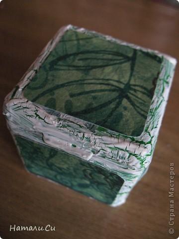 Здравствуйте)))Экспериментирую в очередной раз, да и вам предлагаю...сделала по заданию блога шкатулочку, задание предполагает использование в работе определенного набора материалов, а именно нежно-зеленый фон, натуральное кружево, зеленая лента или шнур, цветы, пуговицы и живое существо...Остальное по желанию))) Я пожелала еще бусинки ,ну и винтаж)))   фото 7