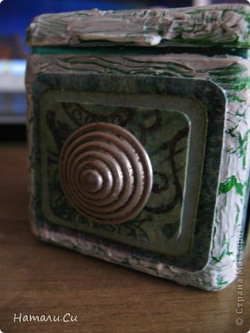 Здравствуйте)))Экспериментирую в очередной раз, да и вам предлагаю...сделала по заданию блога шкатулочку, задание предполагает использование в работе определенного набора материалов, а именно нежно-зеленый фон, натуральное кружево, зеленая лента или шнур, цветы, пуговицы и живое существо...Остальное по желанию))) Я пожелала еще бусинки ,ну и винтаж)))   фото 9