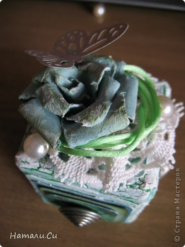 Здравствуйте)))Экспериментирую в очередной раз, да и вам предлагаю...сделала по заданию блога шкатулочку, задание предполагает использование в работе определенного набора материалов, а именно нежно-зеленый фон, натуральное кружево, зеленая лента или шнур, цветы, пуговицы и живое существо...Остальное по желанию))) Я пожелала еще бусинки ,ну и винтаж)))   фото 10