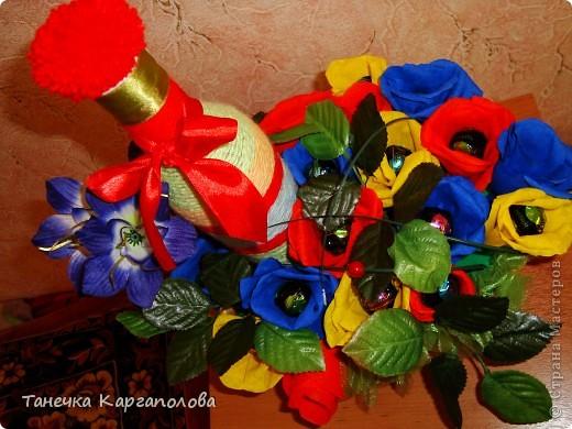 Сделала веер из вилочек и вниз расположила цветы из конфет! фото 2