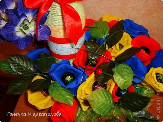 Сделала веер из вилочек и вниз расположила цветы из конфет! фото 3