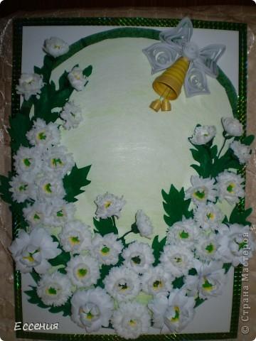 """У одной из местных Мастериц увидела белые хризантемки, так они мне понравились, что я решила повторить, точнее, попробовать повторить :) Уж не знаю, что у меня из этого вышло :) Мой сынуля в этом году закончил начальную школу, вот мы с ним и решили нашей первой учительнице сделать такой вот подарок :) Размер панно - А3, почти все цветочки крутила из гофробумаги, только несколько нижних, самых крупных - из обычной """"Снегурочки"""" 80 г/м2, а вот колокольчик и бантик к нему - полоски для квиллинга :), рамочка - цветной галлографический скотч. фото 3"""
