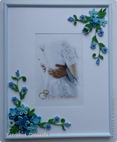 В продолжение свадебной тематики, хочу показать вам рамочки для свадебных фотографий. Первая в сине-голубых тонах. Паспарту из белого тисненого картона под холст. Серединки цветочков из синих и голубых полубусин. фото 1