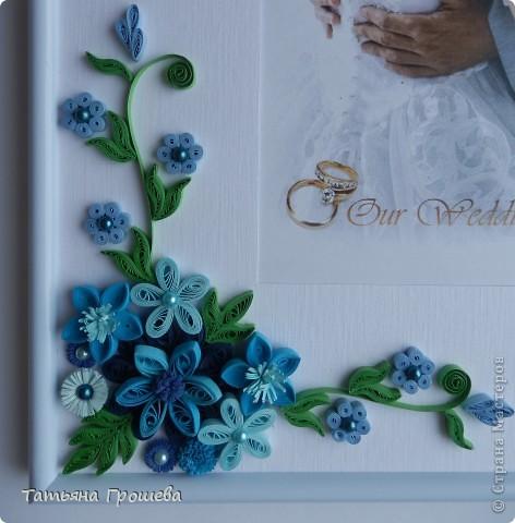 В продолжение свадебной тематики, хочу показать вам рамочки для свадебных фотографий. Первая в сине-голубых тонах. Паспарту из белого тисненого картона под холст. Серединки цветочков из синих и голубых полубусин. фото 2