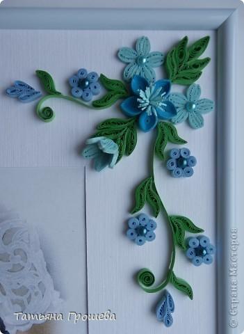 В продолжение свадебной тематики, хочу показать вам рамочки для свадебных фотографий. Первая в сине-голубых тонах. Паспарту из белого тисненого картона под холст. Серединки цветочков из синих и голубых полубусин. фото 3