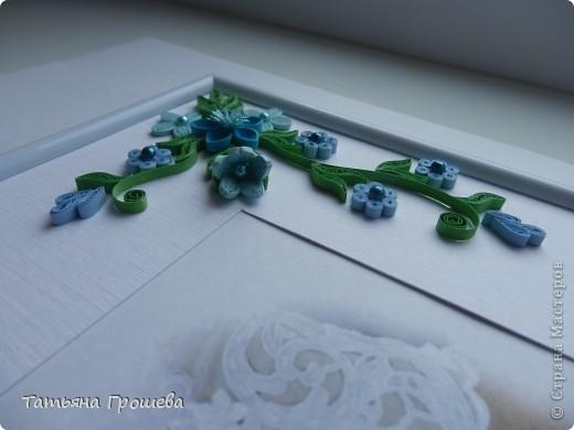 В продолжение свадебной тематики, хочу показать вам рамочки для свадебных фотографий. Первая в сине-голубых тонах. Паспарту из белого тисненого картона под холст. Серединки цветочков из синих и голубых полубусин. фото 4