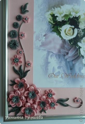 В продолжение свадебной тематики, хочу показать вам рамочки для свадебных фотографий. Первая в сине-голубых тонах. Паспарту из белого тисненого картона под холст. Серединки цветочков из синих и голубых полубусин. фото 9