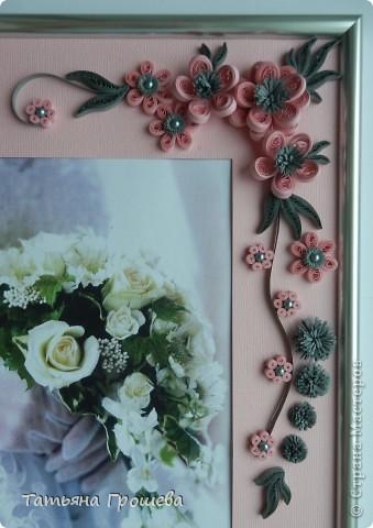В продолжение свадебной тематики, хочу показать вам рамочки для свадебных фотографий. Первая в сине-голубых тонах. Паспарту из белого тисненого картона под холст. Серединки цветочков из синих и голубых полубусин. фото 10