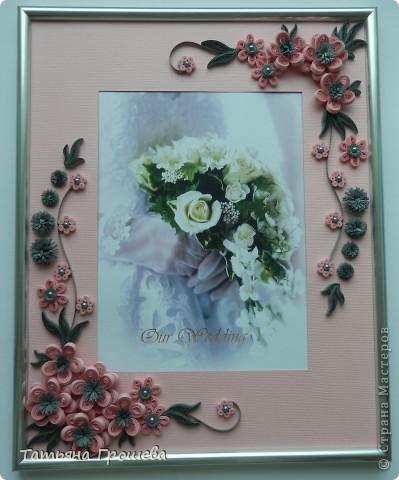В продолжение свадебной тематики, хочу показать вам рамочки для свадебных фотографий. Первая в сине-голубых тонах. Паспарту из белого тисненого картона под холст. Серединки цветочков из синих и голубых полубусин. фото 8